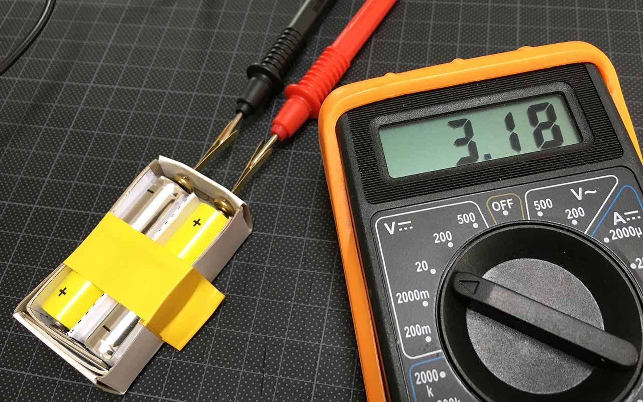 Test at der kommer strøm fra batterierne