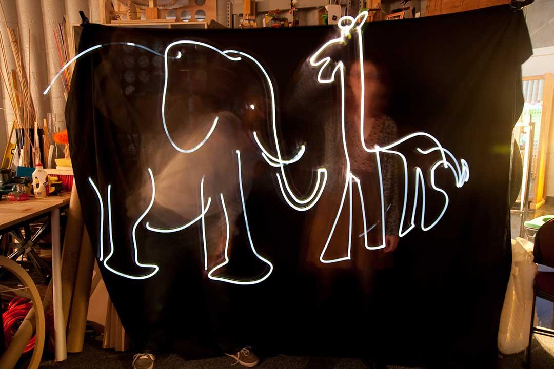 To personer tegner med lys